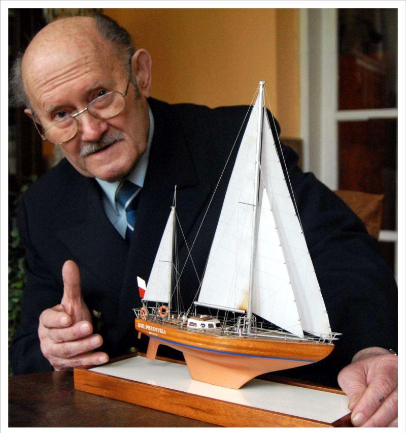 Kapitan Henryk Jaskuła z modelem statku