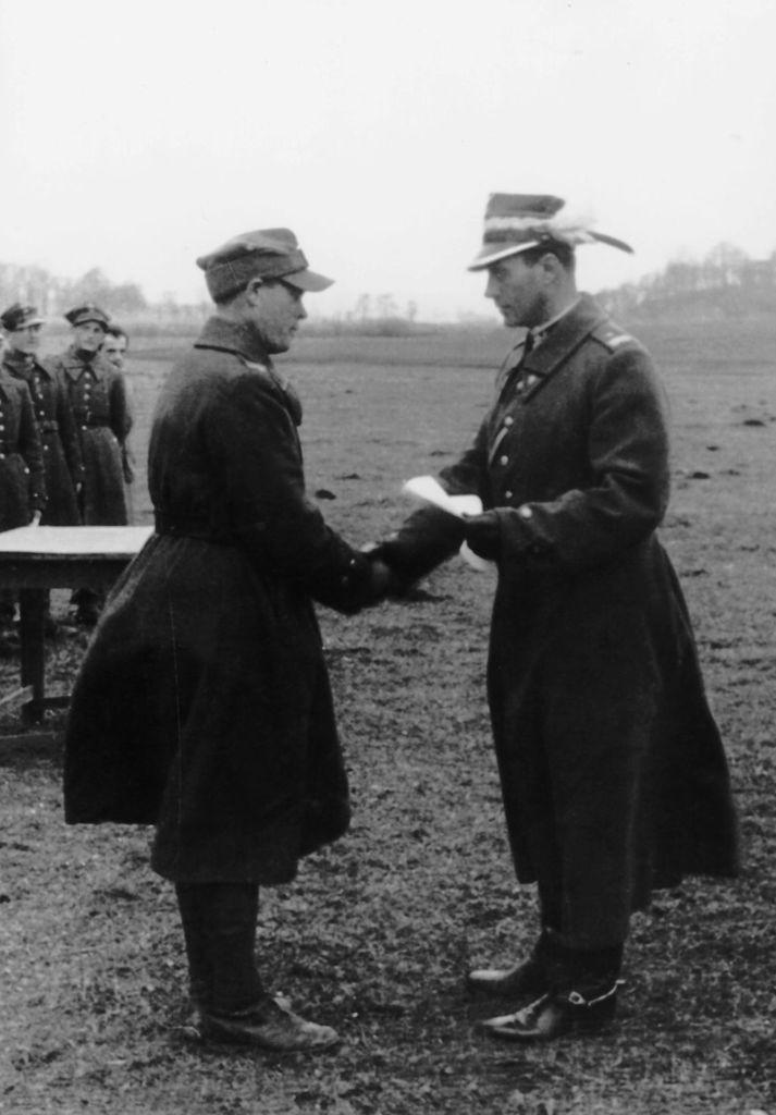 Generał brygady Boruta-Spiechowicz wręcza dyplom
