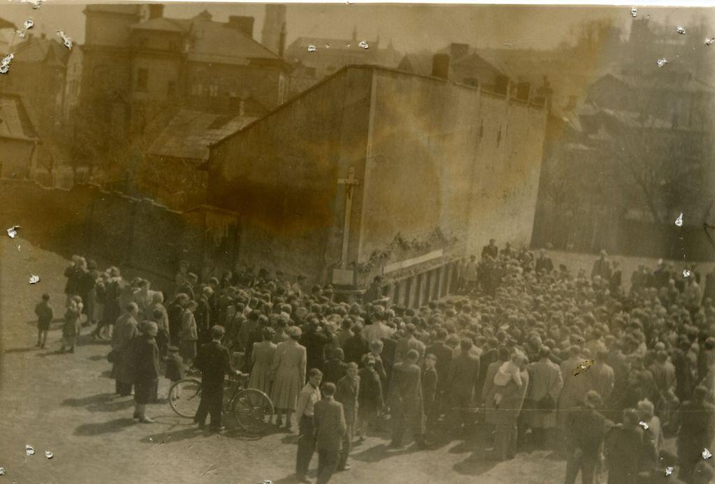 """Jedna z uroczystości upamiętniająca rozstrzelanie 10 zakładników na tzw. """"Małym Ryneczku""""- okres powojenny. fot. z arch. M.Duma"""