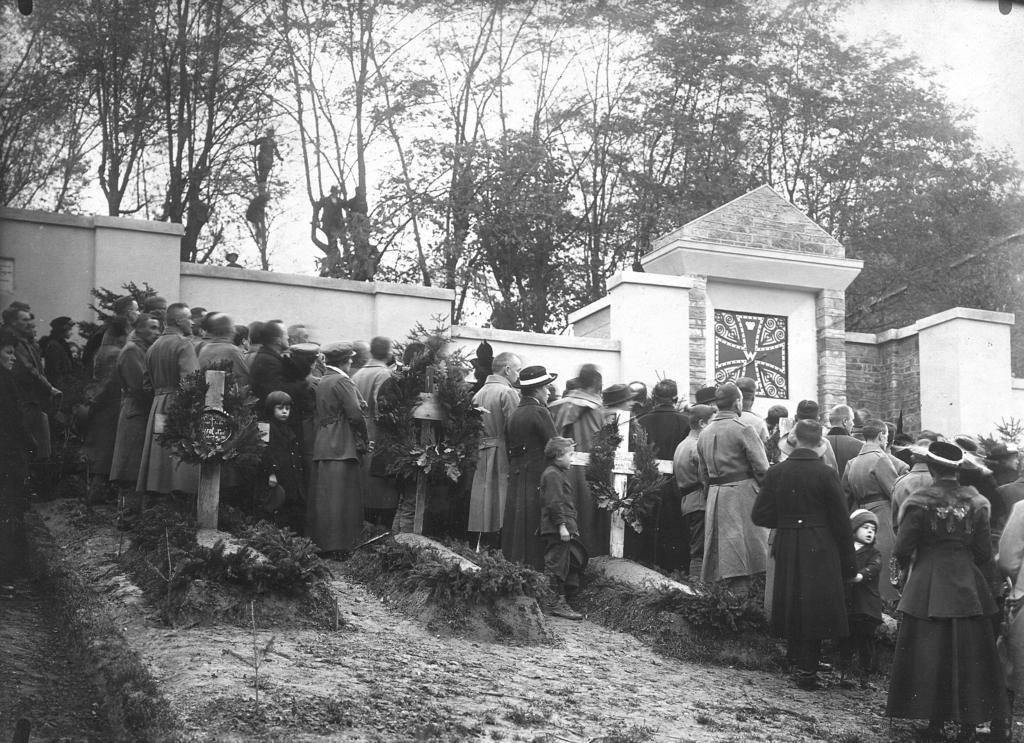 Uroczystości odsłonięcia cmentarza – mauzoleum żołnierzy niemieckich w dniu 1 listopada 1916 r. przy ul. Przemysława, fot. ze zbiorów MNZP.
