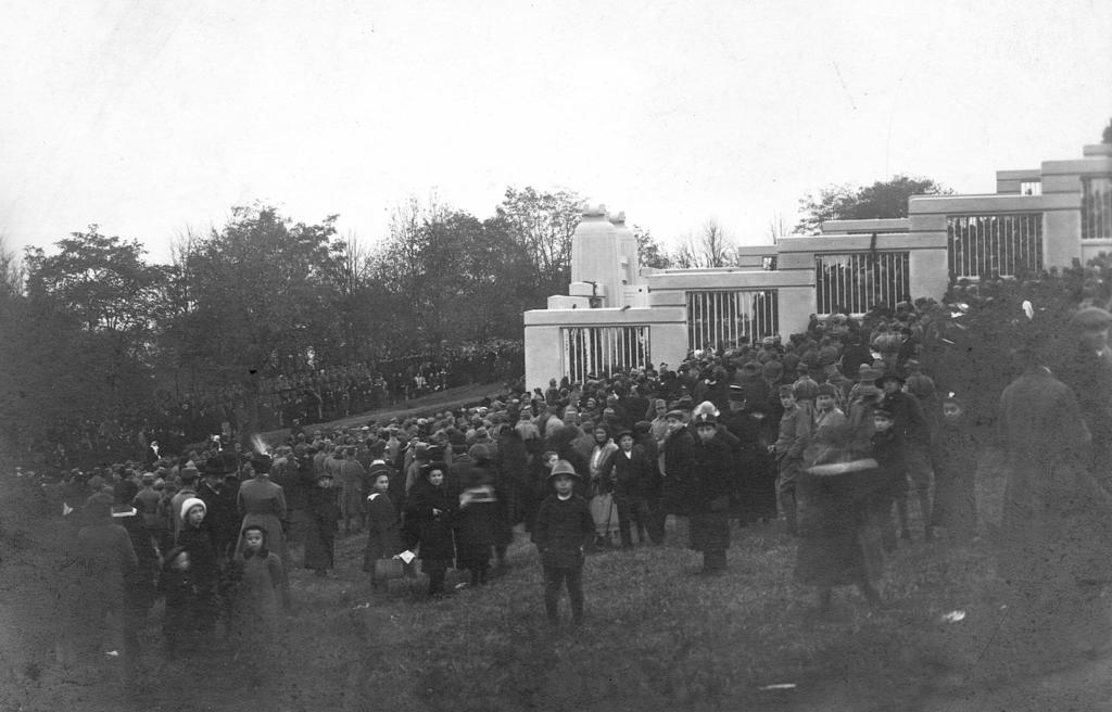 Dzieci wpatrujące się w obiektyw aparatu fotograficznego podczas uroczystości odsłonięcia cmentarza – mauzoleum żołnierzy niemieckich w dniu 1 listopada 1916 r., fot. ze zbiorów MNZP.