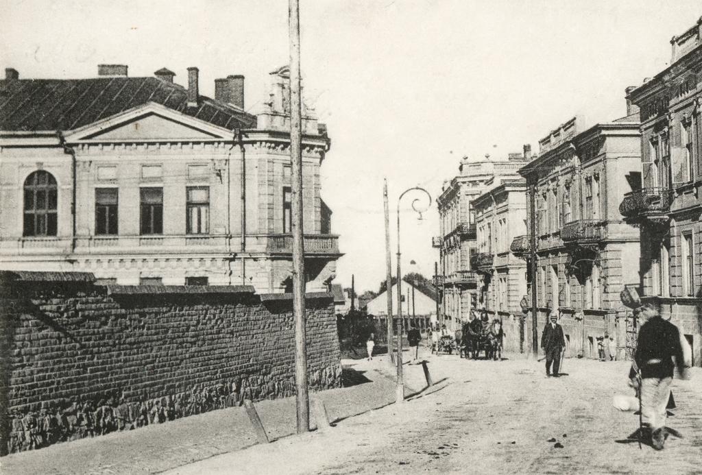 Fragment ul. Dworskiego w pierwszych latach XX w. Po lewej stronie widoczny mur  pierwszego cmentarza komunalnego leżącego pomiędzy ul. Dworskiego i Konarskiego zlikwidowanego ostatecznie w 1908 r., fot. ze zbiorów MNZP.