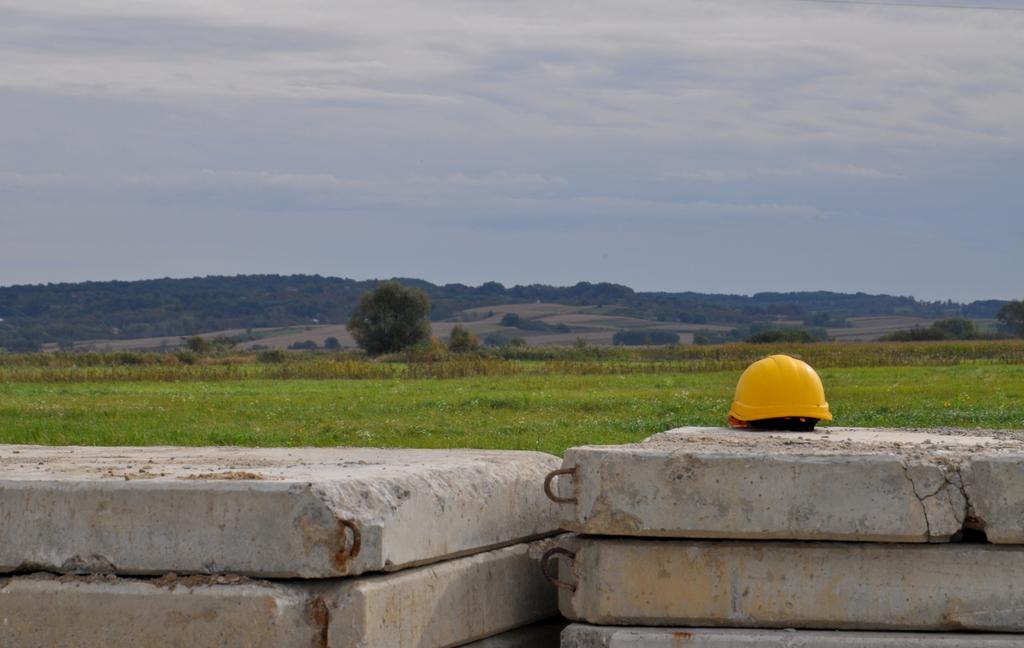betonowe płyt z kaskami budowlanymi