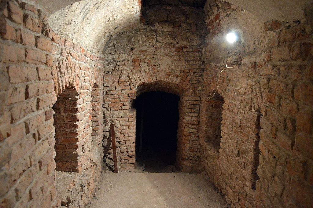 Pomieszczenie w podziemiach przed przebudową, ceglane mury