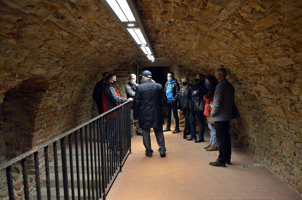 Członkowie rady budowy przed wejściem do kolektora w podziemiach