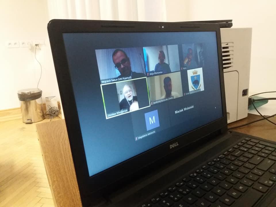 zdjęcie ekranu komputera ze spotkania on-line z przewodniczącymi osiedli