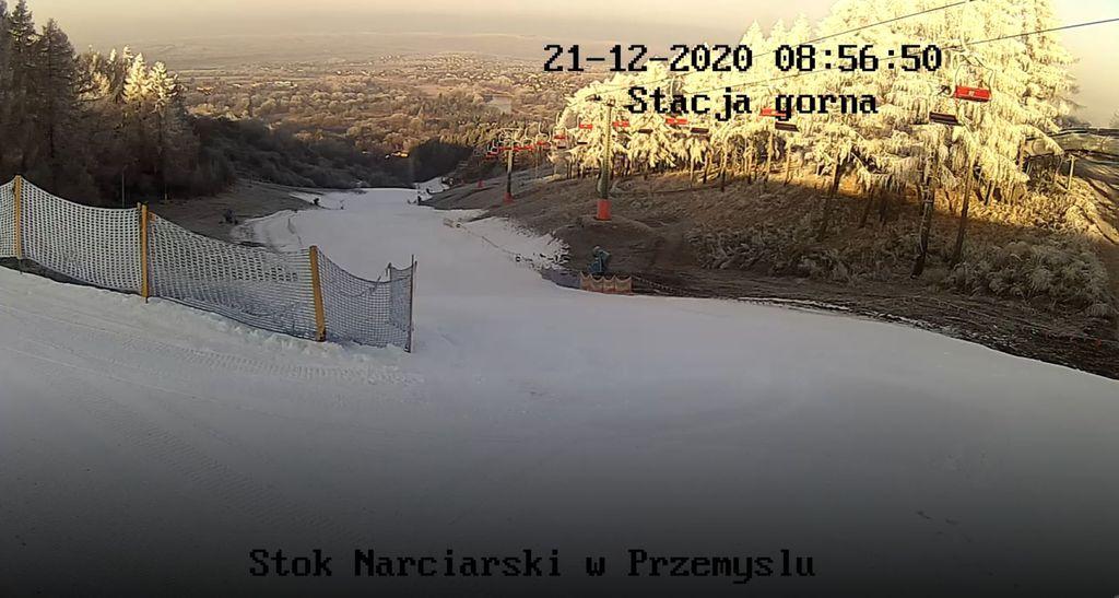 Zrzut ekranu z kamery na stoku narciarskim - naśnieżony stok