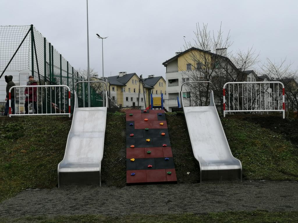 zjeżdżalnie na placu zabaw, ścianka do wspinaczki i barierki na placu zabaw
