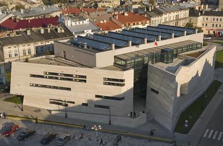 widok na główny gmach muzeum narodowego ziemi przemyskiej