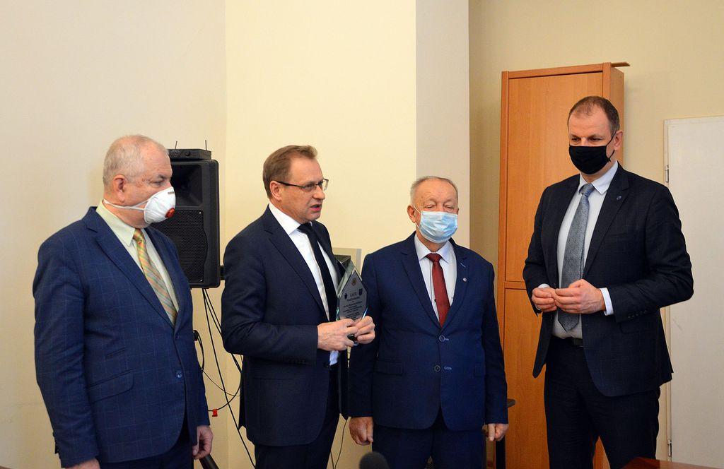 Laureat nagrody Włodzimierz Bodnar z Prezydentem Wojciechem Bakunem i Starostą Janem Pączkiem