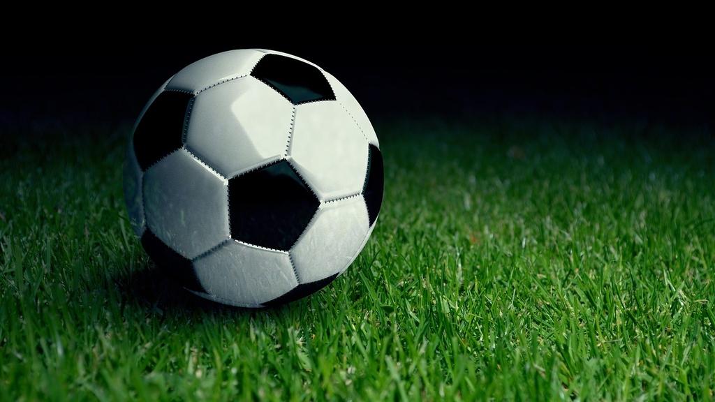 zdjęcie poglądowe - piłka na murawie boiska