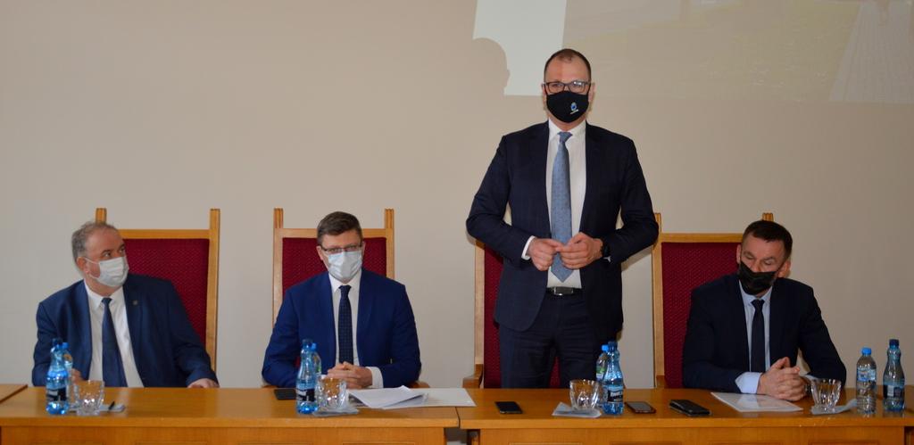 Wiceminister Sprawiedliwości Marcin Warchoł, Prezydent Wojciech Bakun i inni członkowie spotkania