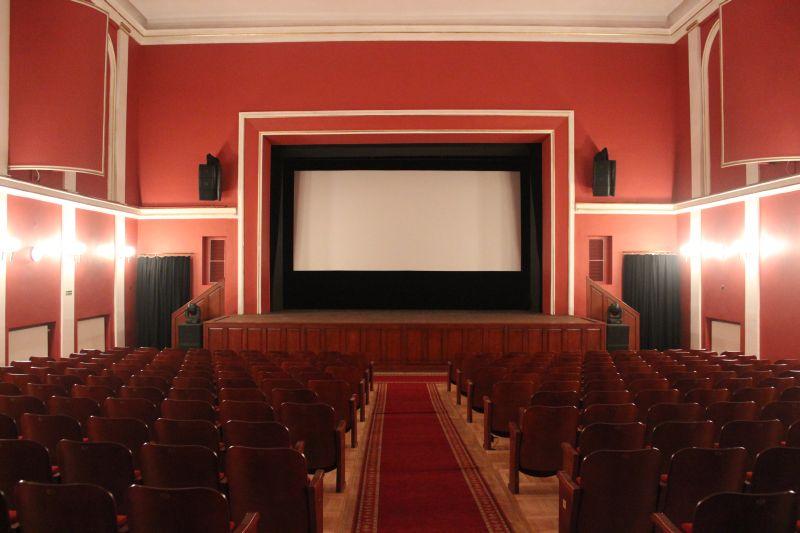 zdjęcie pustej sali kinowej w Centrum Kulturalnym