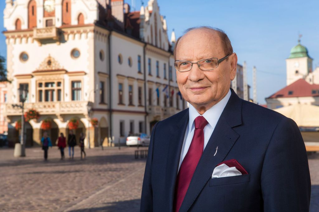 Prezydent Tadeusz Ferenc na tle Ratusza rzeszowskiego