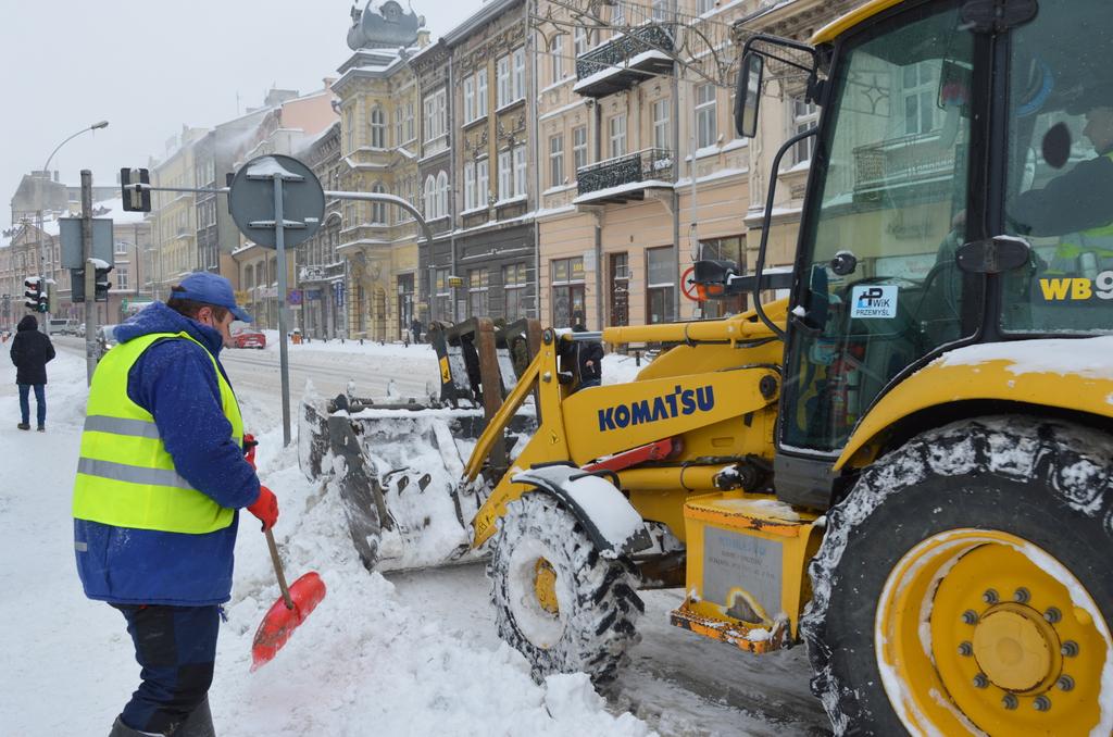 Pracownicy PWiK odśnieżający zatokę autobusową przy ulicy Jagiellońskiej