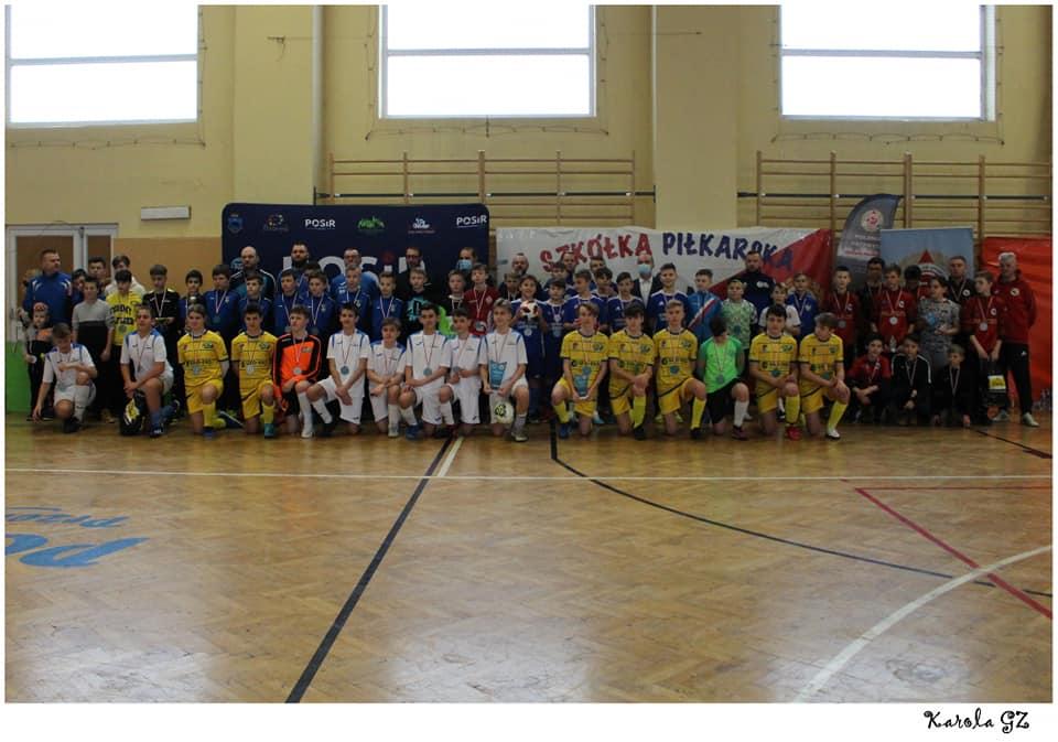 wspólne zdjęcie wszystkich uczestników turnieju w hali sportowej