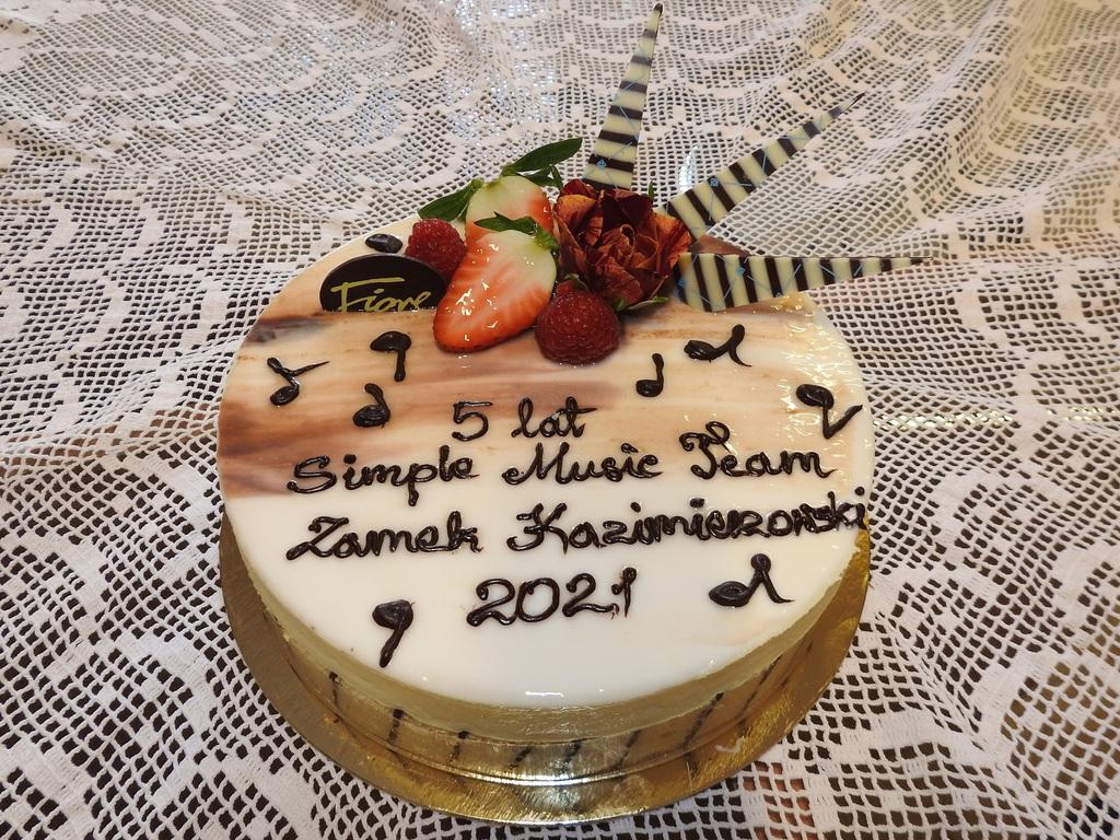 Urodzinowy tort z napisem 5 lat Simple Music Team Zamek kazimierzowski 2021