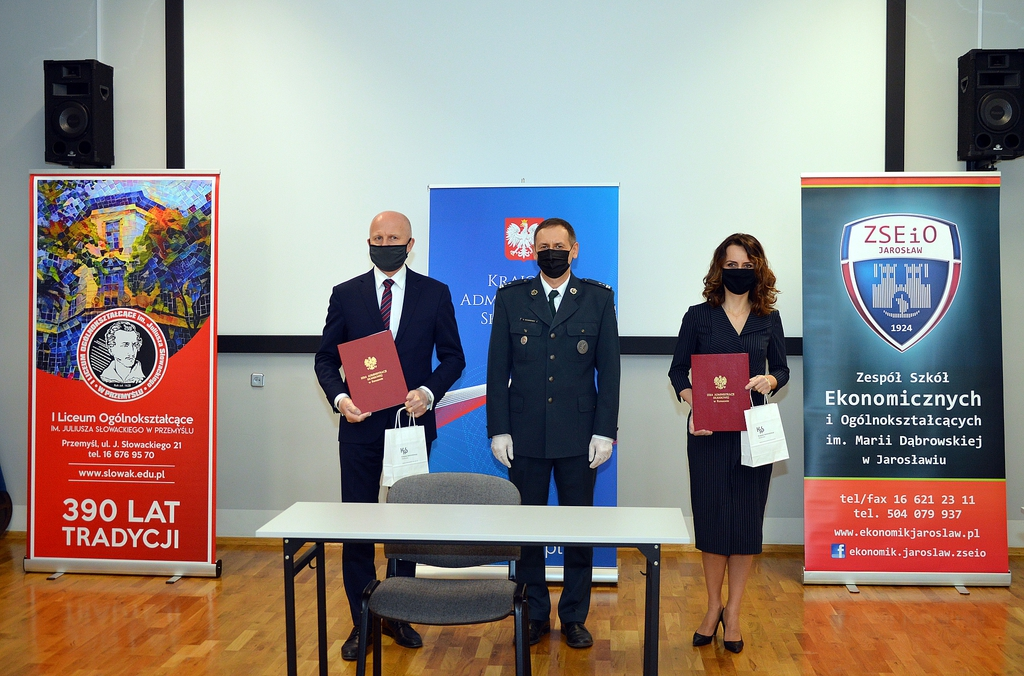 Dyrektor Izby Administracji Skarbowej Rzeszowie Grzegorz Skowronek, i dyrektorzy placówek oświatowych Tomasz Dziumak i Justyna Nalepa-Harpula