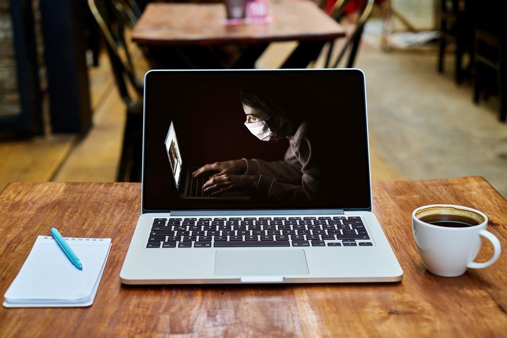 zdjęcie poglądowe - biurko z laptopem