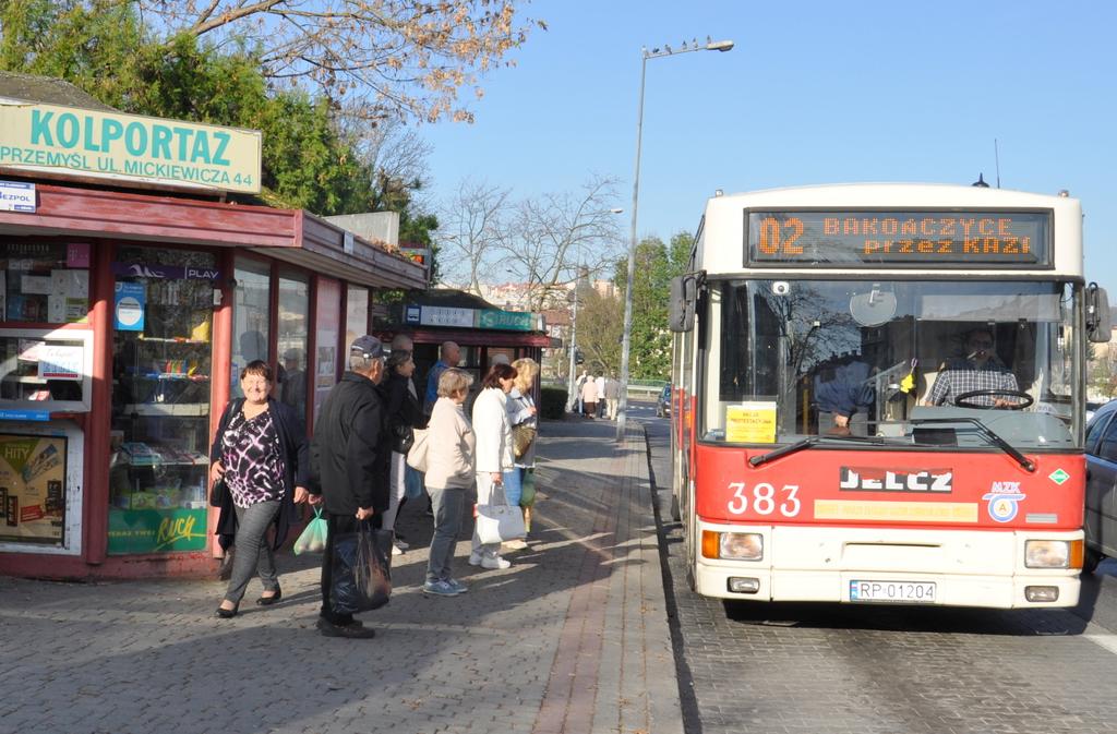 Autobus MZK zatrzymujący się na przystanku przy ulicy Jagiellońskiej w Przemyślu.