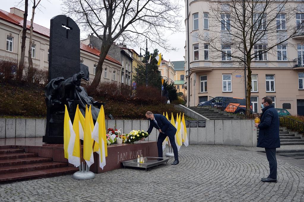 Prezydent Wojciech Bakun składa kwiaty pod pomnikiem papieża Jana Pawła II