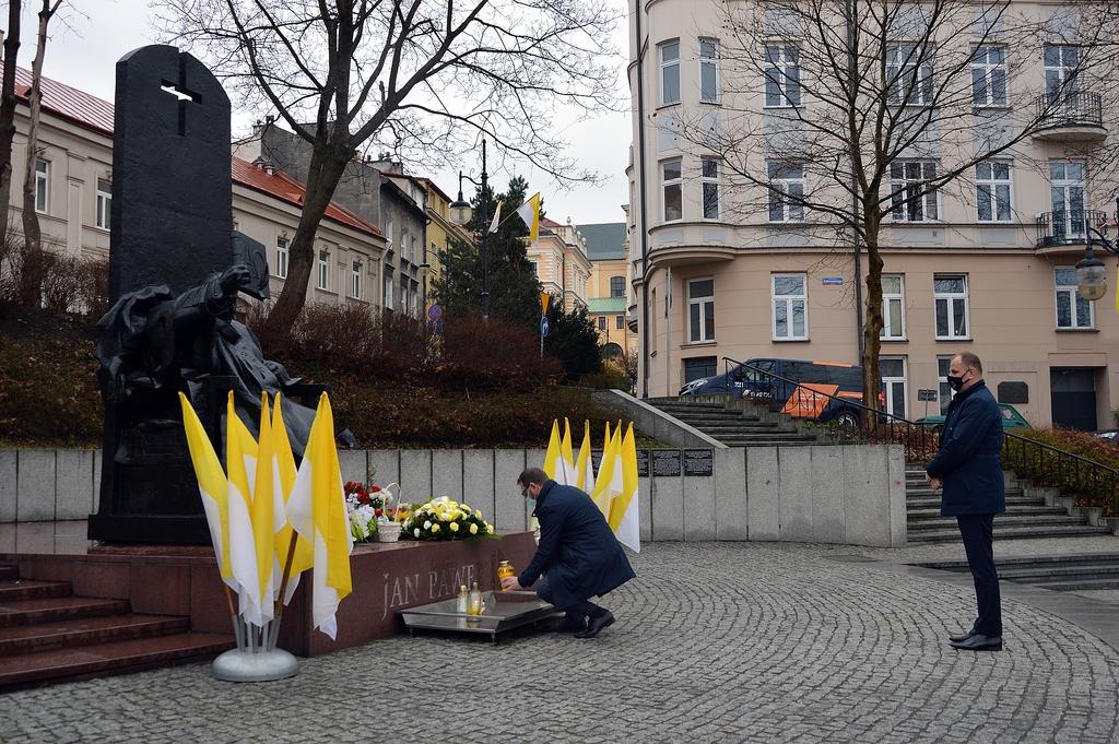 Zastępca Prezydenta Bogusław Świeży zapala znicz przy pomniku Jana Pawła II