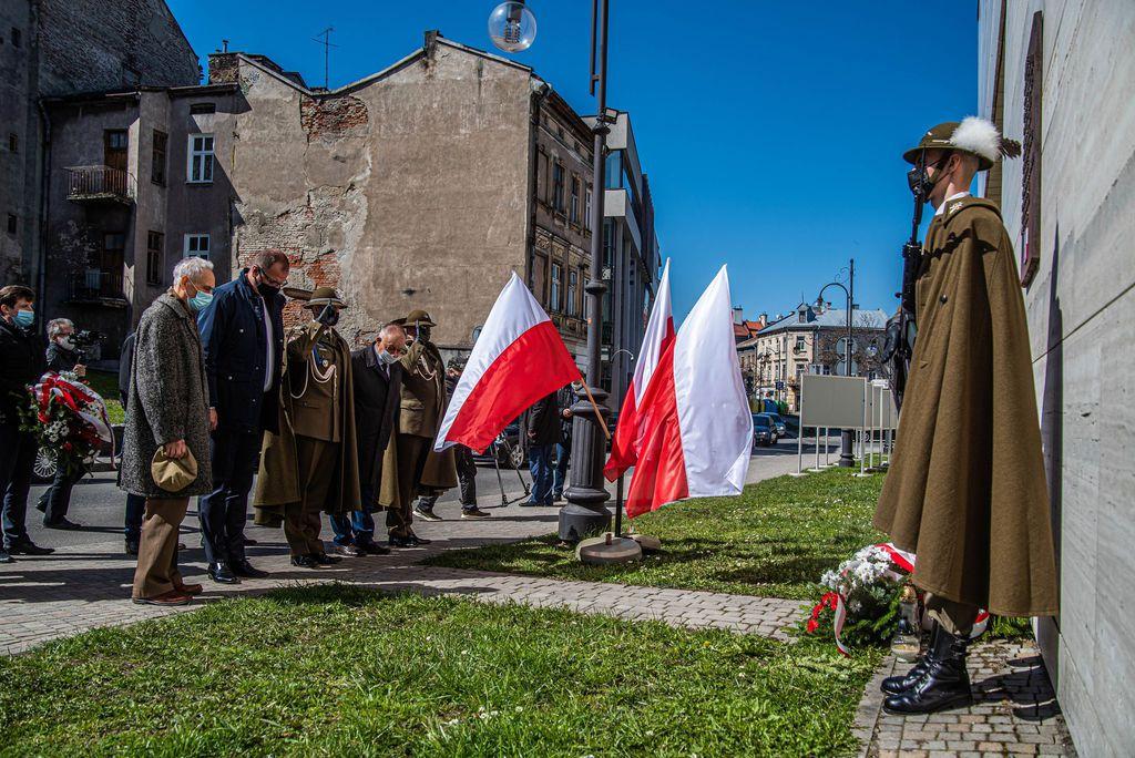 Złożenie kwiatów pod tablicą pamiątkową poświęconą ofiarom Katastrofy Smoleńskiej przy Muzeum Narodowym Ziemi Przemyskiej
