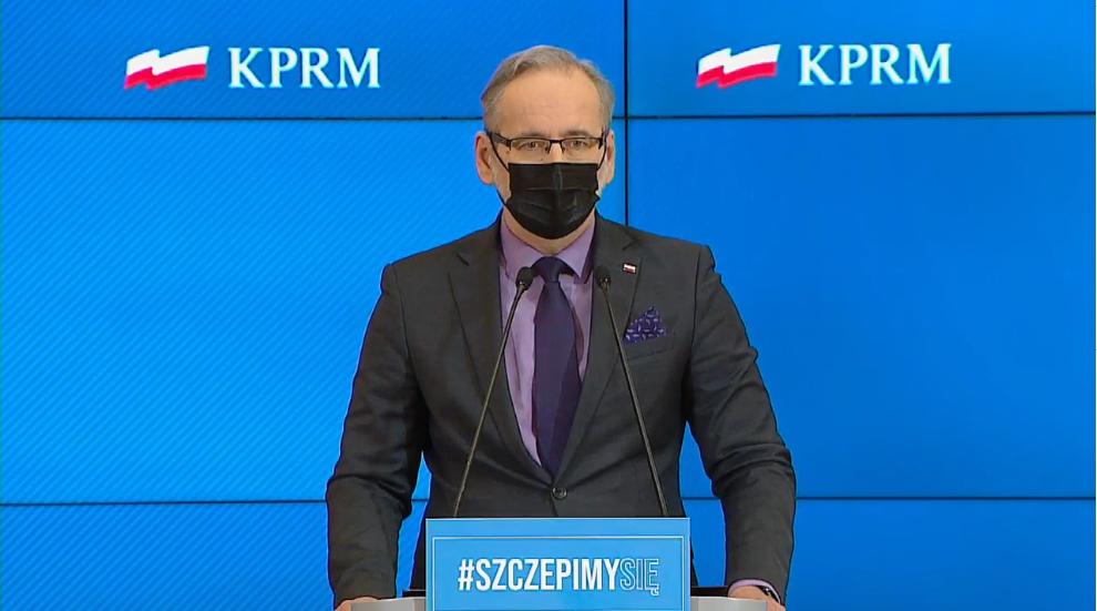 zdjęcie przedstawiające ministra zdrowia Adama Niedzielskiego przemawiającego podczas konferencji prasowej 14 kwietnia 2021 r.