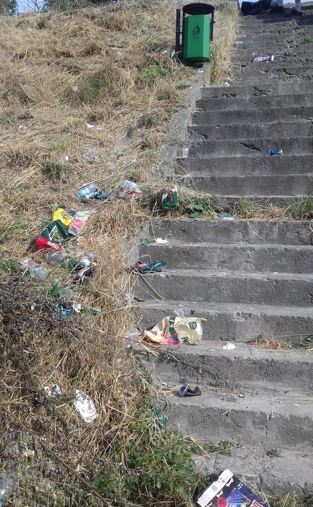zdjęcie: zaśmiecone schody prowadzące do brzegu rzeki San.