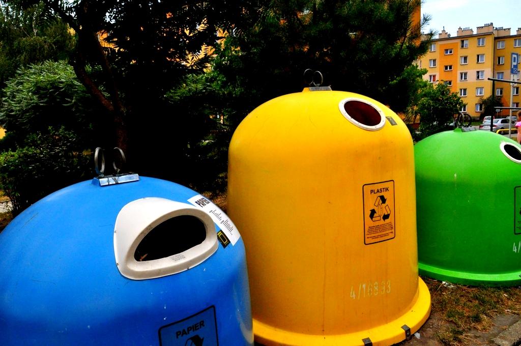 zdjęcie pojemników do segregacji śmieci