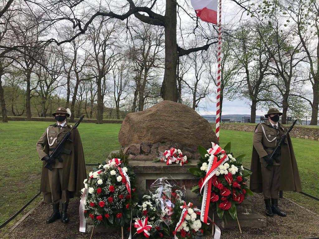 Warta honorowa przy kamieniu upamiętniającym twórców konstytucji na Wzgórzu Zamkowym