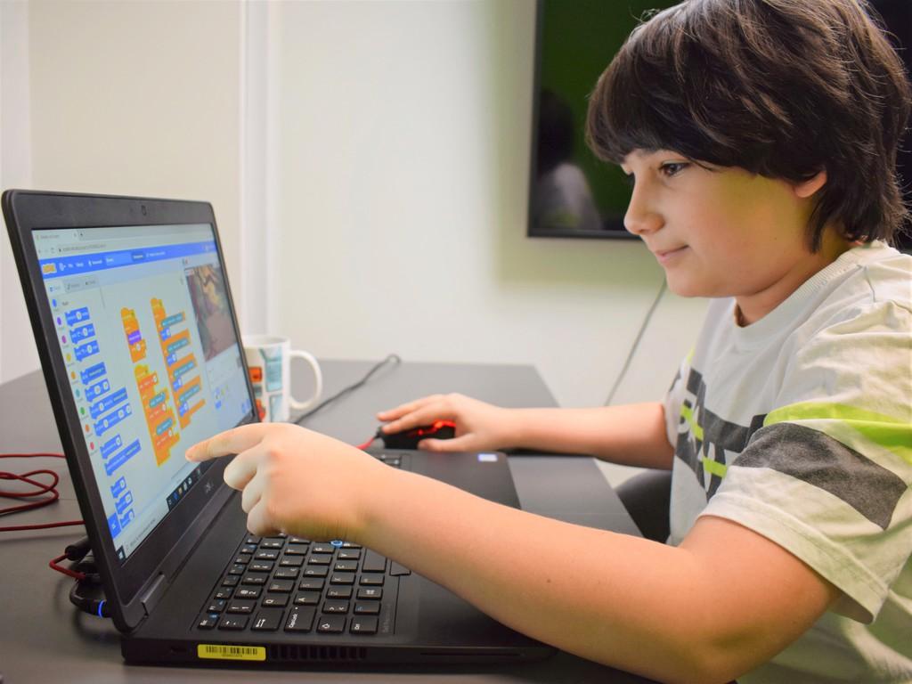 zdjęcie poglądowe - chłopiec przy laptopie