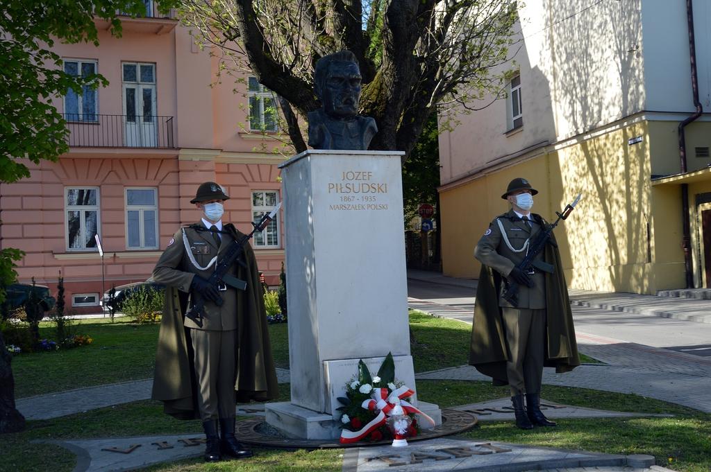 warta honorowa przy popiersiu Marszałka Józefa Piłsudskiego