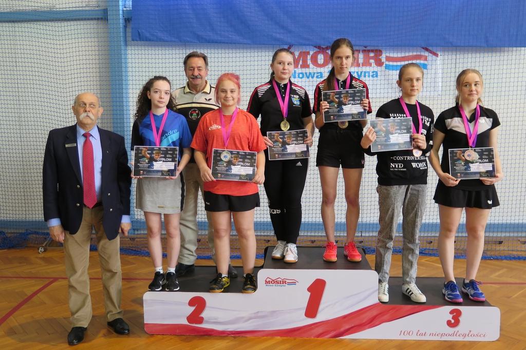 Podium Mistrzostw Podkarpacia Kadetek w tenisie stołowym. Na najniższym stopniu Maja Kozak z dyplomem i medalem za zajecie trzeciego miejsca