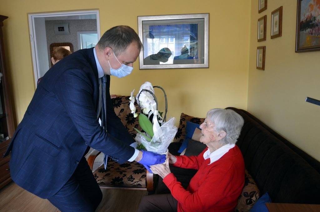 Prezydent wręcza kwiaty Pani Annie