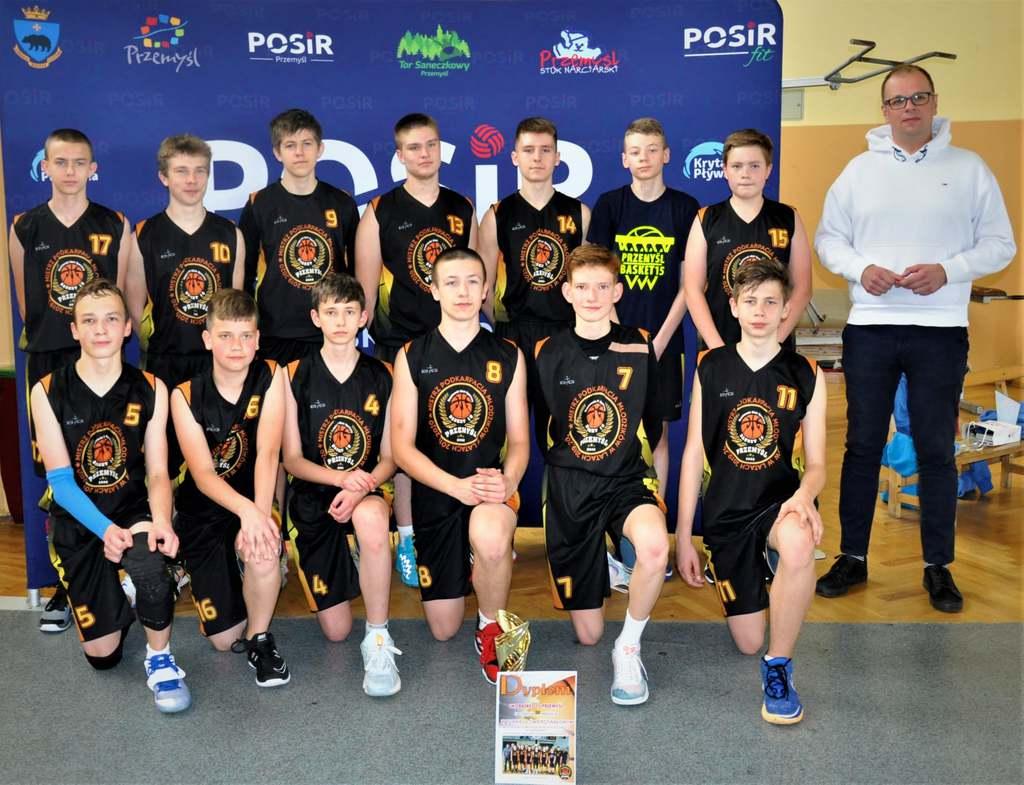 Drużyna UKS Basket 15 z Prezydentem Wojciechem Bakunem