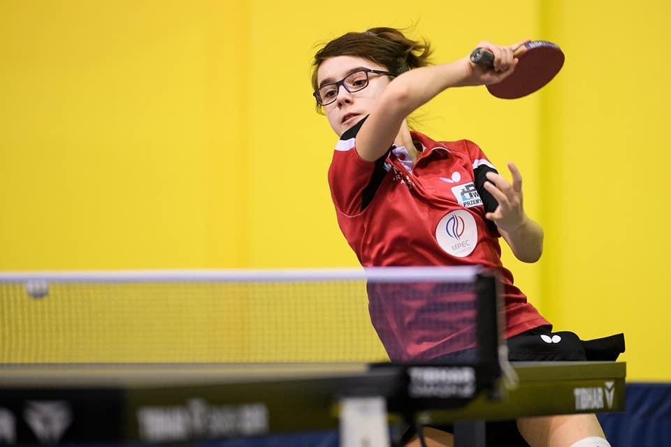 Aleksandra Makar w trakcie meczu przy stole tenisowym