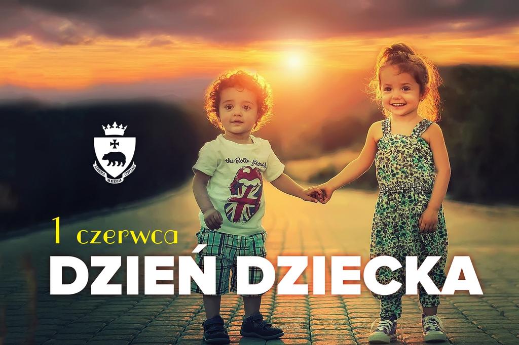 Grafika okolicznościowa - dwójka roześmianych dzieci na tle zachodzącego słońca i drogi. Herb miasta i napis 1 czerwca Dzień Dziecka