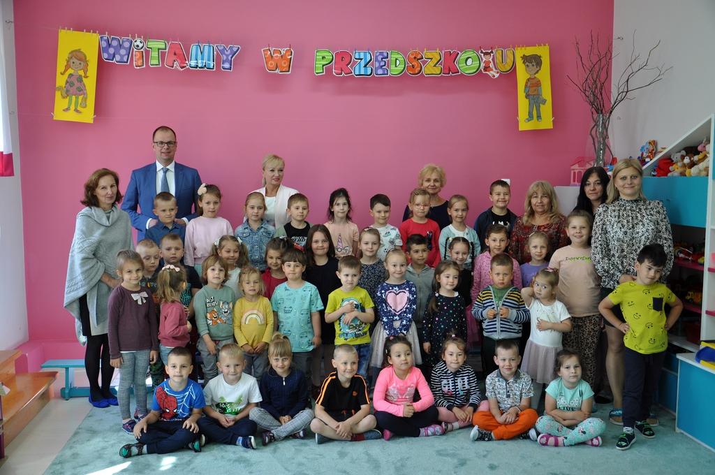 Wspólne zdjęcie Prezydenta i dzieci. Napis Witamy w przedszkolu