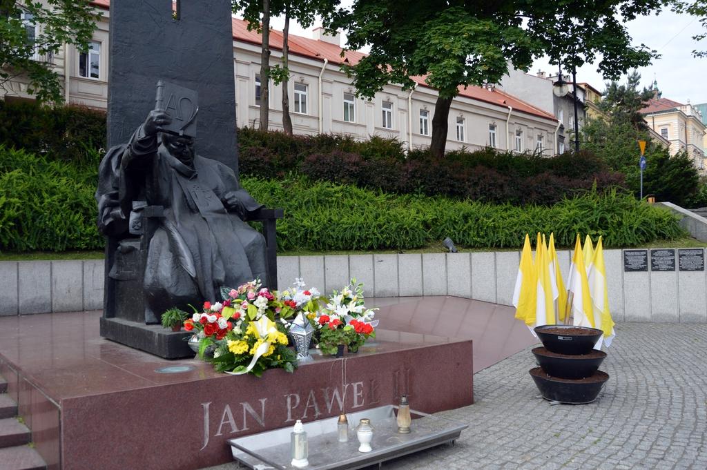 Prezydent Wojciech Bakun i Zastępca Prezydenta Bogusław Świeży składają kwiaty przed pomnikiem Jana Pawła II na Placu Niepodległości