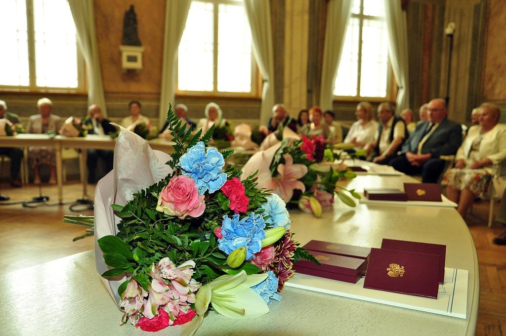 Pary małżeńskie zgromadzone na sali narad Urzędu