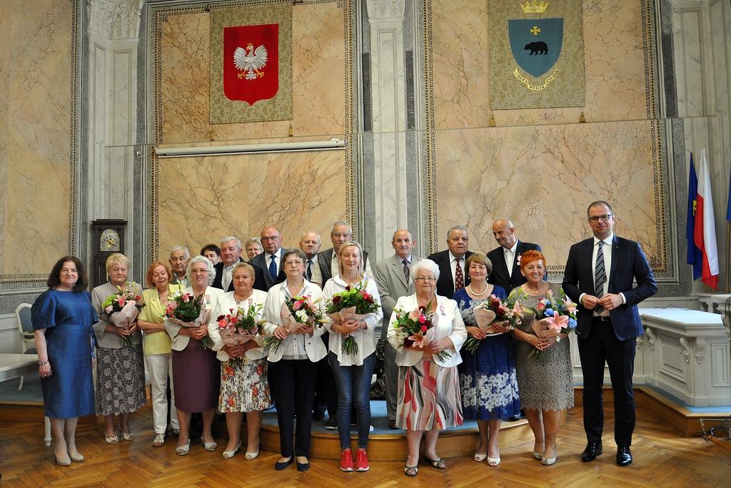 wspólne zdjęcie Prezydenta i par małżeńskich na sali narad