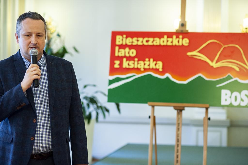 Dyrektor Przemyskiej Biblioteki Publicznej Maciej Waltoś otwierający spotkanie