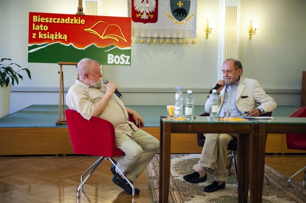 Profesor Jerzy Bralczyk i redaktor Jerzy Kisielewski podczas rozmowy