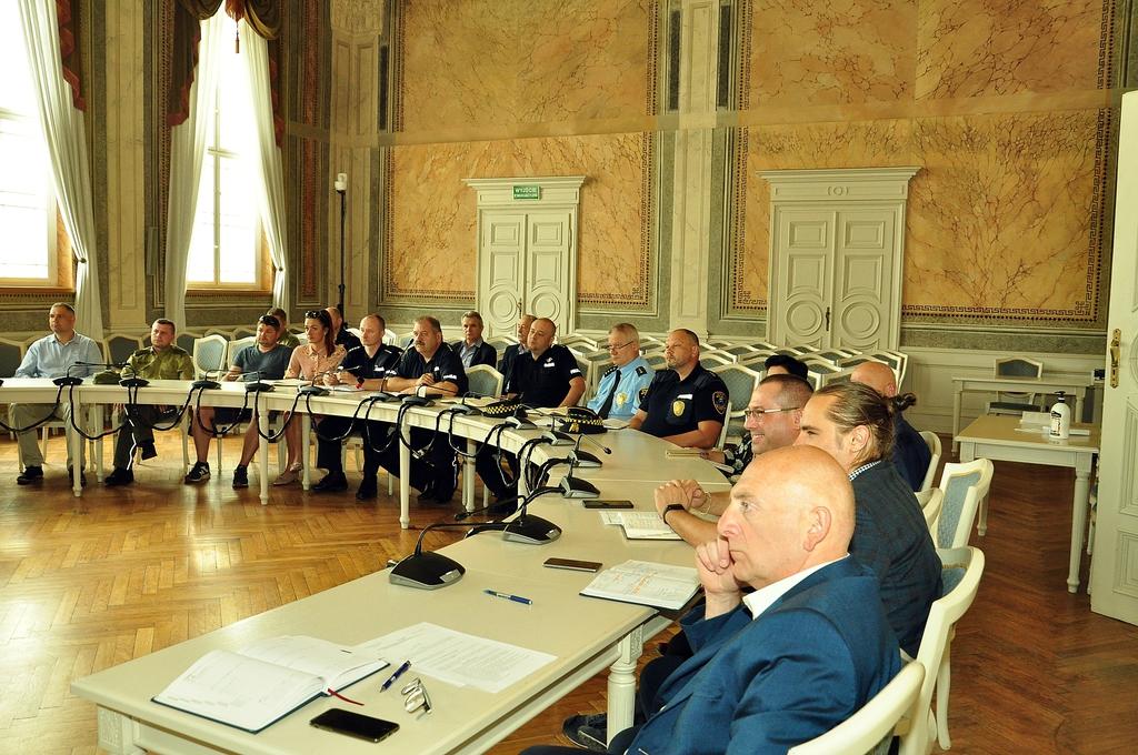 Grupa urzędników przy stole w sali narad Urzędu Miejskiego