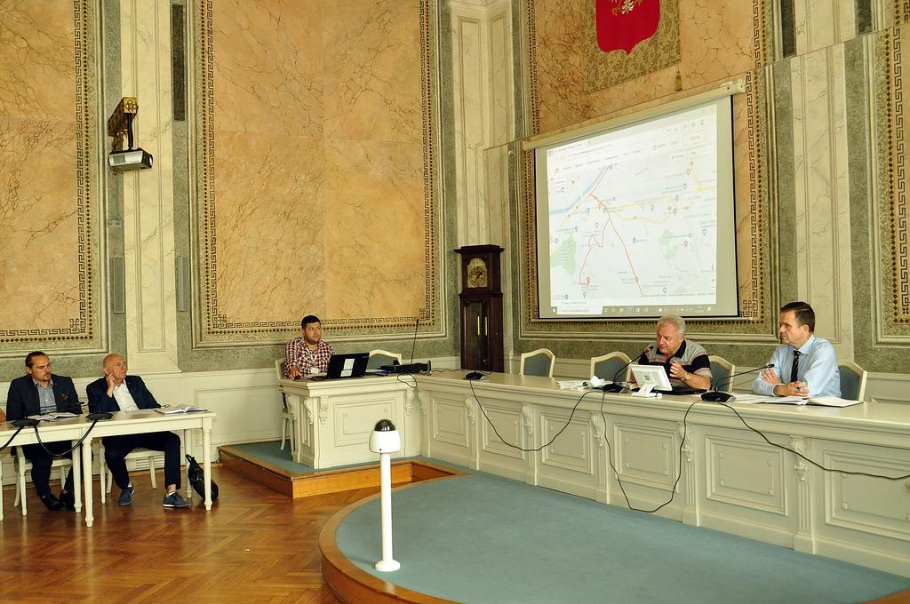 Przedstawiciel Lang Team oraz Sekretarz Miasta przy stole prezydialnym podczas spotkania