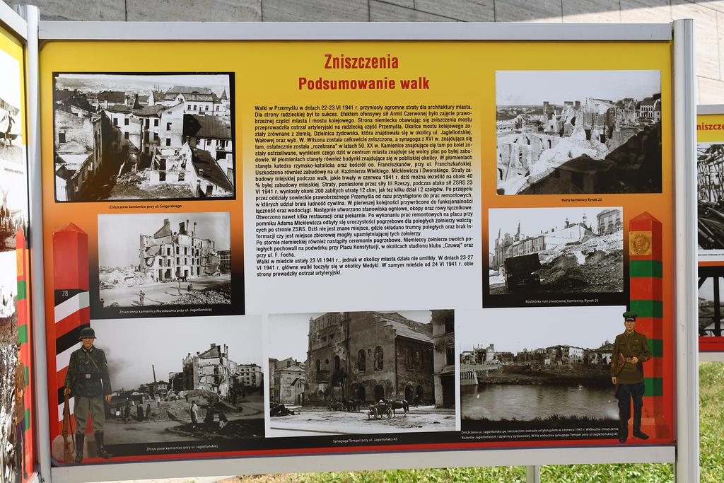 """Wystawa plenerowa """"W szponach Barbarossy"""" przed Muzeum Narodowym Ziemi Przemyskiej"""