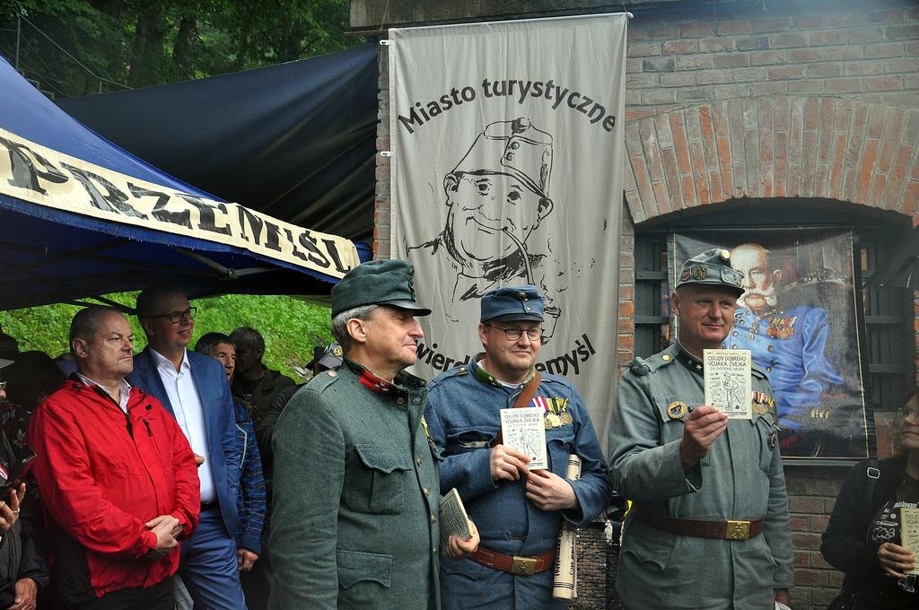 Uczestnicy manewrów przy Bramie Fortecznej Sanockiej Dolnej - uczestnicy z wydaniem książki Jarosława Haszka