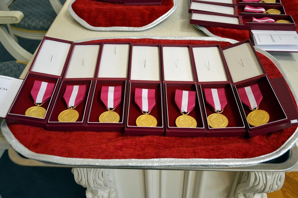 Medale za długoletnią służbę przed wręczeniem