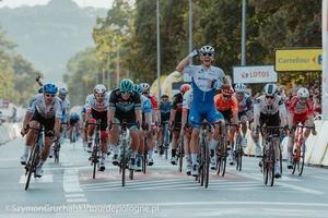 zdjęcie finiszujących kolarzy na jednym z etapów Tour de Pologne